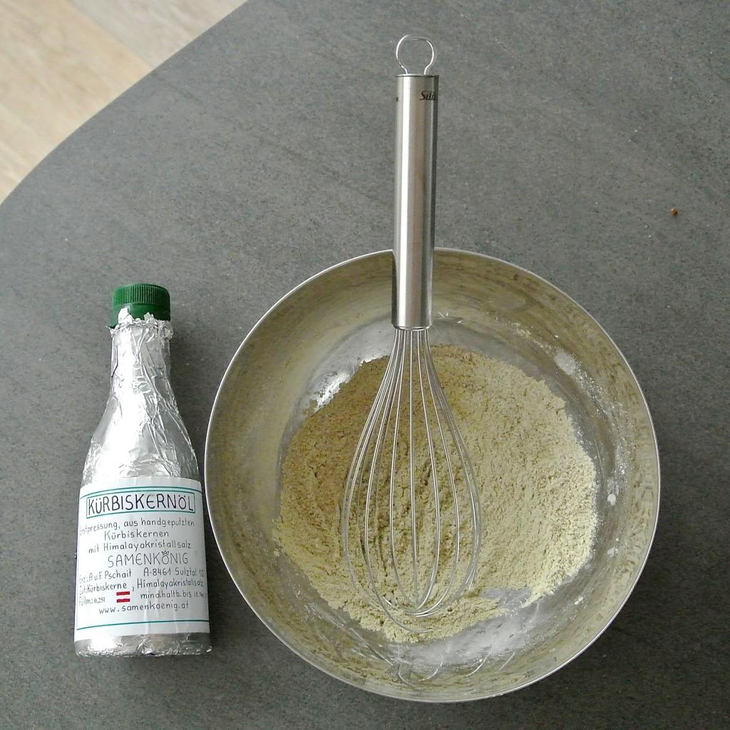 Auch viele Teige, wie hier mein Wrap-Tortilla-Teig, lassen sich mit Kernöl verfeinern