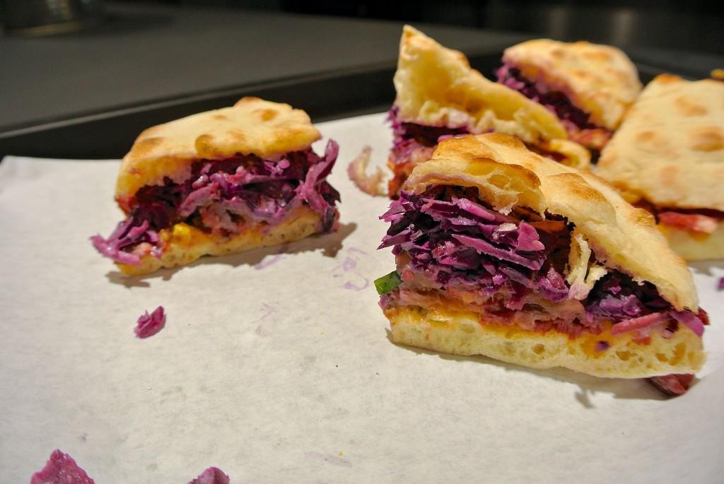 Das Reuben Sandwich mit Mayo, Coleslaw und Corned Beef - alles hausgemacht