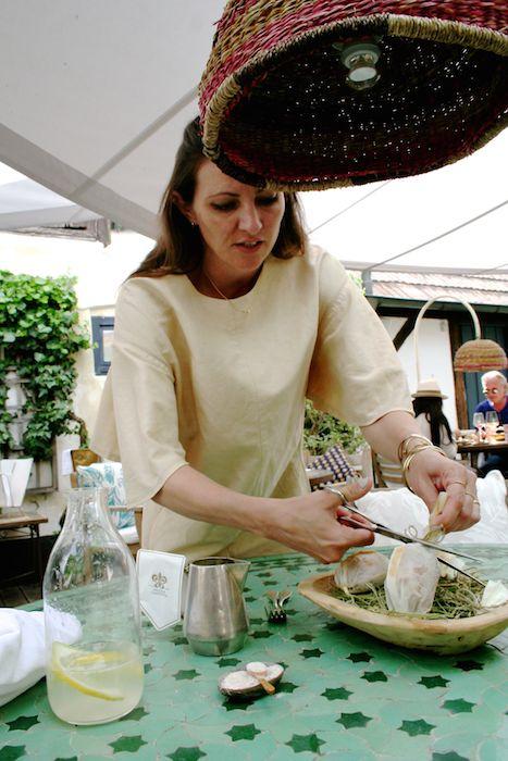 Barbara Eselböck befreit die zarten Wachteln am Tisch aus dem Heu
