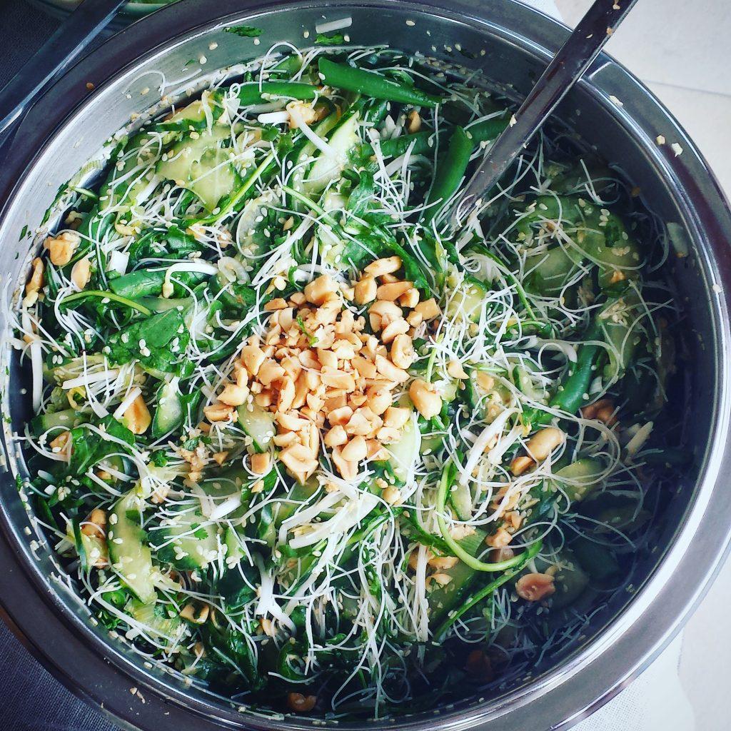 Auch Grillbeilagen gibt's oft asiatisch mariniert: Fisolen, Glasnudeln, Gurke, geröstete Erdnüsse, Sprossen