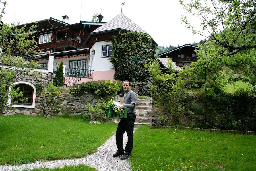Stefan mit unserer Gemüsebeute vor dem Tennerhof